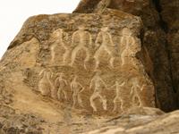 Петроглифы с изображением пляшущих людей на скалах Гобустана