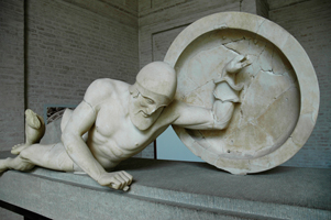 Раненый воин (фронтонная фигура из алтаря Афайи на острове Эгина, ок. 500 г. до н.э.)