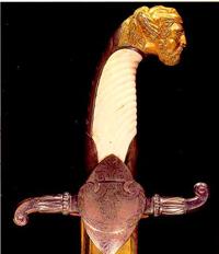 Рукоять сабли (Мастер И. Бушуев. Бронза, кость, сталь, литье, резьба, гравировка, золочение. 1824 г.)