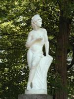 Статуя в саду