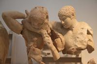 Битва кентавров с лапифами (Западный фронтон храма Зевса в Олимпии. I половина V в. до н. э. Олимпия, Музей)